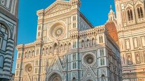 El frente del timelapse de Santa Maria del Fiore de los di de la basílica que es el Duomo de la iglesia de la catedral de Florenc metrajes