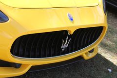 El frente moderno amarillo de Maserati detalla el primer imagenes de archivo