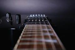 El fretboard del stringsand de la guitarra, se cierra para arriba Guitarra el?ctrica Foco selectivo suave en negro imágenes de archivo libres de regalías