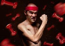 El friki divertido muestra sus músculos foto de archivo libre de regalías