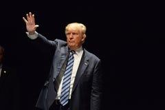 El Frontrunner republicano Donald Trump saluda los partidarios