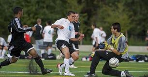 El fútbol uno pasa  Imagenes de archivo