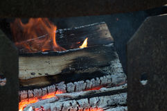 El fuego abre una sesión un sitio para acampar fotografía de archivo libre de regalías