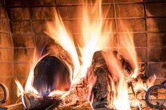 El fuego ardiente de la chimenea almacen de video