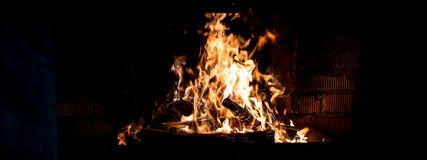 El fuego ardiente en la chimenea Fotografía de archivo