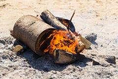 El fuego ardiente en parque Imagen de archivo libre de regalías