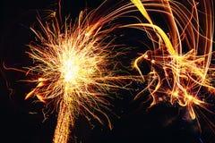 El fuego artificial amarillo del color enciende para arriba el cielo nocturno Foto de archivo libre de regalías