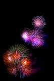 El fuego artificial colorido hermoso aisló la exhibición para el hap de la celebración Foto de archivo