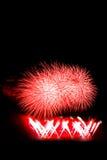 El fuego artificial colorido hermoso aisló la exhibición para el hap de la celebración Fotos de archivo libres de regalías