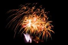El fuego artificial colorido hermoso aisló la exhibición para el hap de la celebración Fotos de archivo