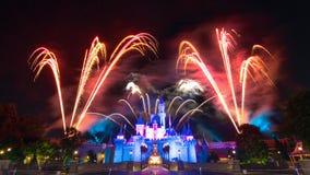 El fuego artificial famoso de las estrellas de Hong Kong Disneyland Imagenes de archivo