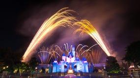 El fuego artificial famoso de las estrellas de Hong Kong Disneyland Foto de archivo libre de regalías