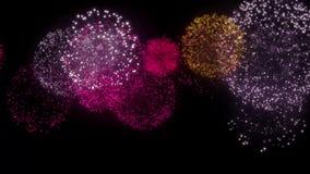 El fuego artificial múltiple hermoso raya la explosión del movimiento oscuro del lazo del cielo metrajes