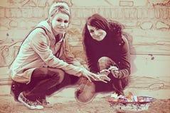 El fuego, bosquejo calientan a las mujeres jovenes fotografía de archivo