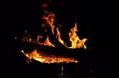 El fuego chispea fondo Fuego ardiente de ramas secas Fuego en naturaleza Fotografía de archivo