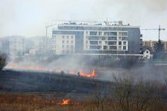 El fuego de áreas extensas de hierba seca en el prado puede dar vuelta en una tragedia terrible como si consiguiera cerca de casa Foto de archivo libre de regalías