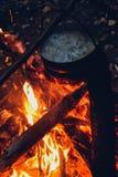 El fuego en el bosque, hoguera, cocinando la comida del campo Fotos de archivo libres de regalías