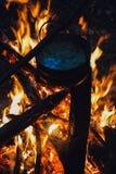 El fuego en el bosque, hoguera, cocinando la comida del campo Imagen de archivo libre de regalías