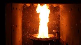 El fuego en el horno Sistema de calefacción Caldera del combustible sólido almacen de video