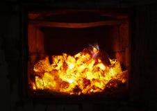 El fuego en el horno Cierre de la ascua y del fuego para arriba Los carbones, llamas, calor, relajan el fondo del concepto fotos de archivo libres de regalías
