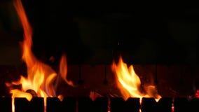 El fuego en la parrilla está quemando almacen de metraje de vídeo