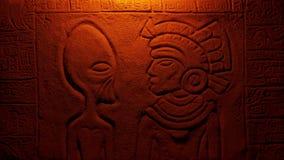 El fuego enciende al hombre extranjero y azteca en la talla de la pared almacen de video