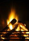 El fuego es brillante en el fireplce en noche Fotos de archivo