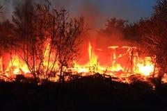 El fuego es casa de madera ardiente Fotografía de archivo libre de regalías