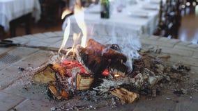 El fuego está quemando en chimenea almacen de video