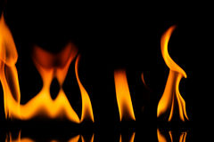 El fuego flamea el fondo imagen de archivo