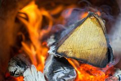 El fuego quema en la estufa, madera de abedul Fotografía de archivo libre de regalías