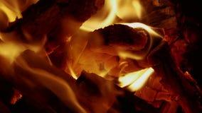 El fuego quema en la oscuridad metrajes