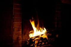 El fuego quema en una chimenea Imagenes de archivo