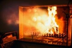El fuego quema en una chimenea, calor radiante Fotografía de archivo libre de regalías