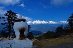 El fuego sagrado altera en el paso de Dochula, Bhután foto de archivo