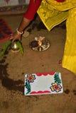 el fuego sagrado y la estructura de madera pintada hermosa eran círculo con agua santa foto de archivo libre de regalías