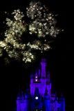 El fuego trabaja sobre el castillo de Disney Imagen de archivo