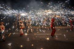 El fuego tradicional de los correfocs funciona con funcionamiento Reus, España foto de archivo