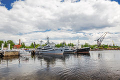 El fuego y el rescate envía en el puerto gavan de Srednyaya Kronstadt, Rusia Fotos de archivo libres de regalías