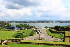 El fuerte de Galle y la carretera de circunvalación con la entrada al fuerte Foto de archivo