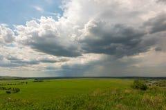 El fuerte viento condujo las nubes de lluvia y llenó el espacio entero al horizonte foto de archivo libre de regalías