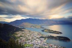 El fuerte viento llevó las nubes hermosas que pasaban sobre la ciudad Fotos de archivo libres de regalías