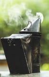 El fumador de la abeja del metal fuma Fotos de archivo