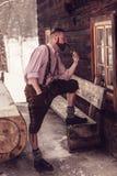 El fumar bávaro del hombre Imagen de archivo libre de regalías