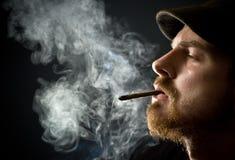 El fumar barbudo del hombre Imagen de archivo