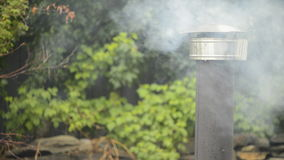El fumar de la chimenea almacen de metraje de vídeo