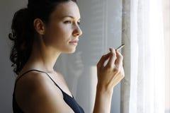 El fumar de la muchacha Imagen de archivo