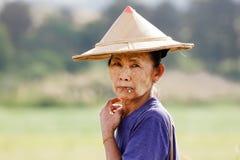 El fumar de la mujer de la tribu de Karen Imagen de archivo