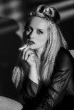 El fumar de la señora joven Imagen de archivo libre de regalías