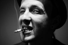 El fumar del hombre Fotos de archivo libres de regalías